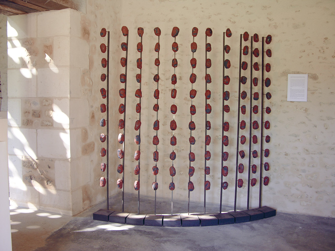 Calculi – céramique, métal – 190x190x17 cm – 2004