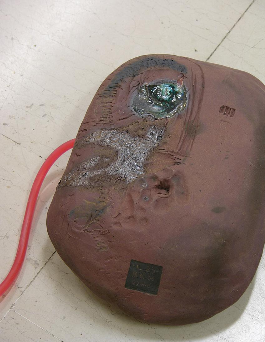 Le fil rouge – céramique, tuyau plastique, encre – dimension variable – 2007